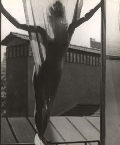 Erwin Blumenfeld (1897-1969) | Jeu de PaumeMarguerite von Sivers sur le toit du studio 9, rue Delambre, 1937