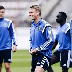 Viktor Fischer smiling big