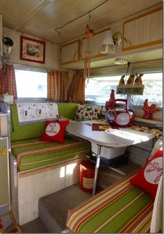 Love the colors - green, red & khaki interior Glamping - vintage camper - caravan - tiny trailer <O> Rv Travel Trailers, Vintage Campers Trailers, Retro Campers, Vintage Caravans, Camper Trailers, Happy Campers, Camper Caravan, Retro Rv, Vintage Motorhome