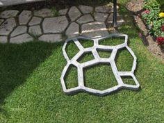 Beton molds om zelf je eigen tuinpad aan te leggen, hoe cool is dat!