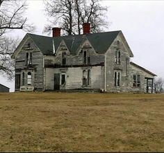Abandoned Farm Houses, Abandoned Property, Old Farm Houses, Abandoned Castles, Abandoned Mansions, Abandoned Places, Spooky Places, Haunted Places, Old Buildings