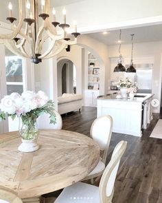 Beautifu luxury kitchen and breakfast room with large island and built in cabine… - All For Decoration Round Kitchen, New Kitchen, Kitchen White, Eat In Kitchen Table, Kitchen Dining, Home Decor Kitchen, Home Kitchens, Tiny Kitchens, Luxury Kitchens