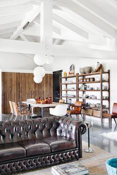 Clásicos | A pocos kilómetros de La Coruña, un loft de espíritu cosmopolita reúne lo mejor de cada casa: piedra de la India, vintage holandés, danés, francés, y toques gallegos. Naciones unidas en buena armonía.