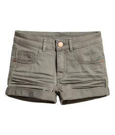 Khaki green. Short 5-pocket shorts in stretch twill with sewn cuffs at hems.