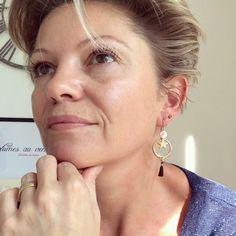 Boucles d'oreilles boho chic rose gold avec petit pompon noir Bracelets, Boho Chic, Hoop Earrings, Boutique, Jewelry, Pom Poms, Boho Earrings, Jewelry Designer, Feather