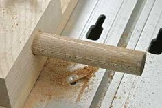 This is probably the simplest and quickest router jig you will ever make, but it is a certainly very effective way of making your own dowels. Woodworking Jigs, Woodworking Projects, Dowel Jig, Router Jig, Homemade Tools, Workbench Plans, Sandro, Wood Projects, Door Handles