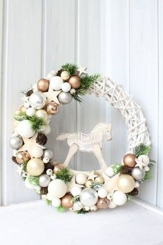 The Lovely Deco: Couronnes de Noël - Deco maison Christmas Advent Wreath, Xmas Wreaths, Christmas Flowers, Diy Christmas Gifts, Christmas Projects, Winter Christmas, Christmas Home, Handmade Christmas, Theme Noel
