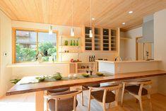 I-A house: 住み心地のよい間取り 共用スペースを上手く使った間取りは実際の面積以上に広く感じます。窓や扉の配置にも気をつかい、明るく風通しの良い家になりました。