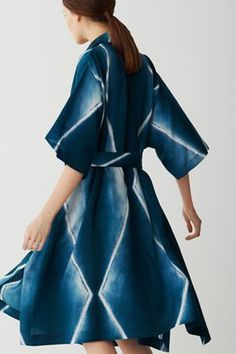 The complete Issey Miyake Pre-Fall 2017 fashion show now on Vogue Runway. Vogue Fashion, Fashion Week, Fashion 2017, Fashion Show, Fashion Outfits, Fashion Design, Fashion Details, Issey Miyake, Tie Dye Fashion