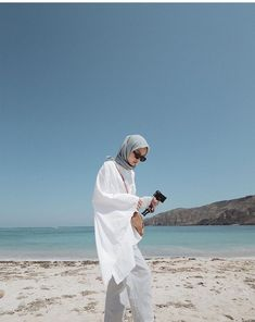 Beach Vacation Outfits, Travel Outfit Summer, Summer Outfits, Style Hijab Simple, Simple Ootd, Casual Hijab Outfit, Ootd Hijab, Beautiful Muslim Women, Beautiful Hijab