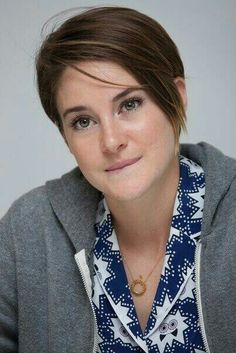 Shailene Woodley I love how natural this girl is Short Bob Hairstyles, Easy Hairstyles, Shailene Woodly, Pixie Haircut, Hollywood Actresses, Beautiful Actresses, Short Hair Styles, Hair Cuts, Allegiant