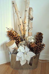 A la hora de decorar la casa en Navidad , muchas veces recurrimos a los adornos de las tiendas.Pero no es necesario gastarse una alta suma de dinero en esas fechas. Podemos decorar nuestra casa, con adornos low cost...jajaja... Adornos navideños hechos con piñas. Ideas sencillas y muy bonitas. Besitos  ...