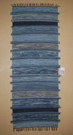 jeansmatta med söminslag Blue Rugs, Textiles, Tapestry Weaving, Recycled Fabric, Woven Rug, Fiber Art, Loom, Weave, Indigo