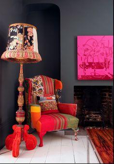 I love the charcoal walls with these pops of color! Keltainen talo rannalla: Mielenkiintoisia koteja