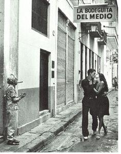 """""""Besos em La Bodeguita"""", fotografia do mestre Alberto Korda, transformou o bar e restaurante La Bodeguita del Medio em ponto turístico obrigatório em Cuba.  Veja mais em:  http://semioticas1.blogspot.com.br/2015/07/mulheres-de-korda.html"""
