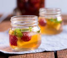 Peach and rasberry ice tea - Persikka-vadelmajäätee, resepti – Ruoka. Refreshing Drinks, Iced Tea, Panna Cotta, Mango, Honey, Peach, Koti, Cooking, Ethnic Recipes