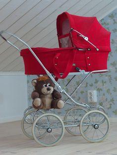 . Vintage Pram, Vintage Dolls, Pram Stroller, Baby Strollers, Dolls Prams, Baby Carriage, Childhood Toys, Children, Bebe