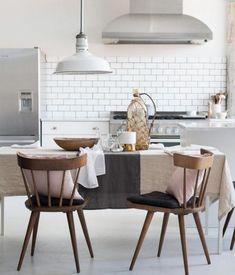 Weiße Wände und weiße Kacheln in der Küche
