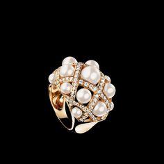 Sortija Baroque en oro amarillo de 18 quilates, perlas cultivadas y diamantes. Modelo grande. - CHANEL