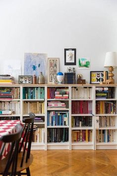 There is something so beautiful about color-coded bookshelves. They are so visually appealing. We love them, especially when the shelves are like these! - Amazing Home Libraries Casa Milano, Etagere Design, Sweet Home, Bookshelf Styling, Bookshelf Ideas, Bookshelf Design, Book Shelves, Bookshelf Decorating, Ikea Shelves