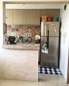 A imagem pode conter: área interna Small Apartment Kitchen, Small Apartment Design, Kitchen Wall Shelves, Diy Kitchen Storage, Bungalow House Design, Tiny House Design, Kitchen Bar Design, Interior Design Living Room, Living Room Tv Unit Designs
