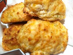 Every time we go to Red Lobster, there is one item that ALWAYS stands out…the biscuits. With this recipe you can make them at home. Just be sure that your baking powder is not expired, or you will end up with pancakes…not the warm fluffy pillows. Red Lobster Cheddar Biscuits Recipe, Homemade Biscuits Recipe, Cheddar Bay Biscuits, Cheese Biscuits, Biscuit Recipe, Easy Drop Biscuits, Breakfast Bread Recipes, Breakfast Casserole, Homemade Dinner Rolls