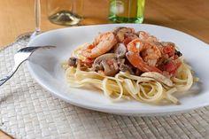 liguini me garides kai manitaria Greek Recipes, Pasta Recipes, Spaghetti, Food Porn, Favorite Recipes, Ethnic Recipes, Foods, Food Food, Food Items