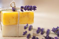 Making soap is a great opportunity to get creative. Hopefully this article on homemade soap, will get you started on your creative journey. Many of us delight Diy Organic Beauty Recipes, Homemade Beauty, Homemade Gifts, Diy Gifts, Soap Maker, Organic Soap, Organic Homemade, Tips & Tricks, Soap Recipes