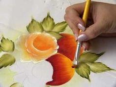 Aprenda com a nossa artesâ Márcia Garrucho a pintar em tecidos, veja como é fácil pintar rosas e frutas.