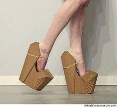 These cardboard wedges were ingeniously bound with rubber bands to the feet of the models. Cardboard consist of several layers. (So, so weird, but yet I want a pair, lol). Geometric Couture, Paper Shoes, Amsterdam Fashion, Ugly Shoes, Women's Shoes, Plastic Shoes, Paper Fashion, Unique Shoes, Crochet Shoes
