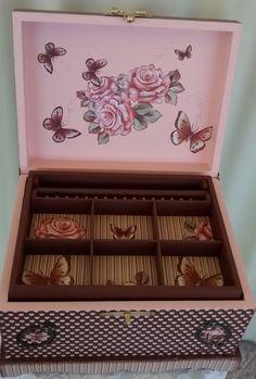 Baú em MDF: pintura, revestimento de papel scrap, uso de arte francesa, aplicação de recortes de flores e borboletas e apliques de metal - 3/3