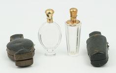 Twee geslepen kristallen parfumflacons met 14 krt. geelgouden monturen en doppen, waarvan 1 met stopje, beide voorzien van etui, Holland, tweede helft 19e eeuw