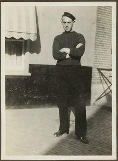 Arie Keus, Scheveningse visser, vermoedelijk in de Keizerstraat ter hoogte van Molenslop. ca 1915 #ZuidHolland #Scheveningen