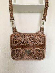 Handbag & # Mel & # embossed leather, floral pattern and basket braid: … - African Braids Hairstyles Leather Carving, Leather Tooling, Leather Purses, Leather Bag, Sculpture Sur Cuir, Conception En Cuir, Basket Braid, Baskets, African Braids Hairstyles