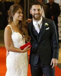 Anto y Messi, couple goals at its finest Lionel Messi Barcelona, Fc Barcelona, Messi And His Wife, Lionel Messi Family, Antonella Roccuzzo, Leonel Messi, Messi 10, Glamour, Celebrity Weddings