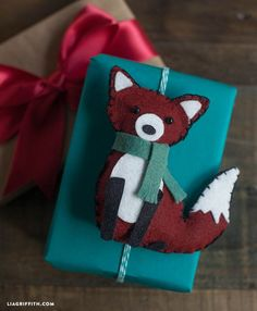 I love Kawaii: Felt Animal Gift Toppers or Ornaments Fox Ornaments, Felt Christmas Ornaments, Noel Christmas, Christmas Bunny, Felt Gifts, Diy Gifts, Felt Fox, Wool Felt, Felt Patterns