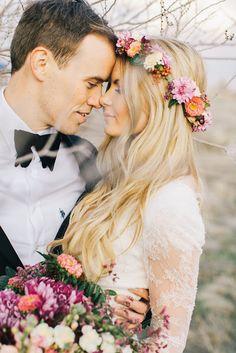 novia bohemia con corona de flores