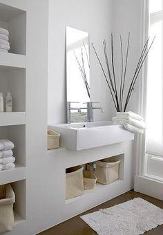 Sehr schönes Aufsatzbecken in weiß mit reinweißem offenem Schrank im Hintergrund. Schlichte Badarchitektur.