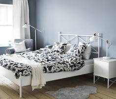Guardar um espaço para leituras tardias, mesmo ao lado da cama, é um caminho para um sono tranquilo.