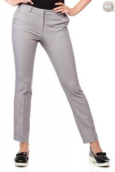 Eleganckie, klasyczne spodnie na kant, z prostymi nogawkami, z zapięciem na przodzie na zamek błyskawiczny i haftkę. z kieszeniami po bokach i ozdobnymi złotymi zamkami z tyłu. #spodnie #kobieta #moda #trendy
