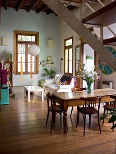 Interiores Fuego Buenos Aires very livable home. There's an openfaced china cabinet in front of the table. Pics of the whole home on site. Style At Home, Colorful Apartment, Deco Addict, Piece A Vivre, House Colors, My Dream Home, Diy Home Decor, Living Spaces, Decoration
