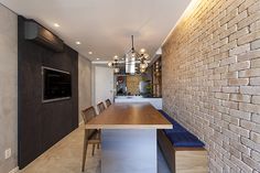 Paredes de tijolos, mármore e cimento queimado marcam decoração de apartamento