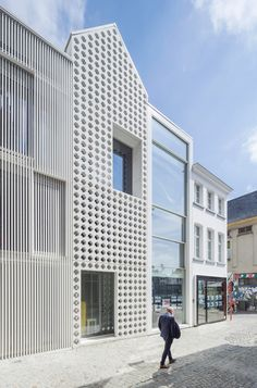 Completed in 2018 in Mechelen, Belgium. Images by Sergio Pirrone. A few years ago, House of Lorraine was a decayed place, a grievance at the Grand Place in Mechelen. dmvA was asked to transform this corner and thus. Mini Clubman, Contemporary Architecture, Architecture Details, Pavilion Architecture, Chinese Architecture, Architecture Office, Futuristic Architecture, Lorraine, Arquitectura Wallpaper