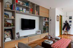 Decoração de: Sala de estar; estante de concreto com portas de palhinha; Casa de Valentina