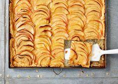 Apfelkuchen ist das ganze Jahr über ein beliebter Klassiker. Diese französische Variante erhält ihre besondere Note durch süß-saure Aprikosenkonfitüre.