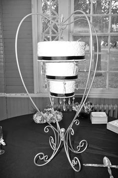 Chandelier cake at The Aviary in Lynchburg Amazing Wedding Cakes, Wedding Cakes With Flowers, Amazing Cakes, Alternative Wedding Cakes, Chandelier Cake, Gravity Cake, Girly Cakes, Gold Cake, Wedding Cake Inspiration