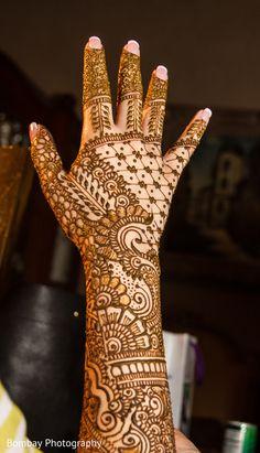 Fascinating wedding henna art. http://www.maharaniweddings.com/gallery/photo/98576