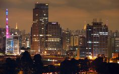 São Paulo, a cidade mais populosa do Brasil e o principal centro econômico da América Latina, recebe muitos turistas, naturalmente. Por ser uma cidade cheia de eventos culturais e com várias apresentações privilegiadas, detentora de um enorme número de opções de lazer, possuindo forte influência política e econômica, ela acabou se transformou num caldeirão miscigenado de pessoas de diversos estados brasileiros e nacionalidades, também.