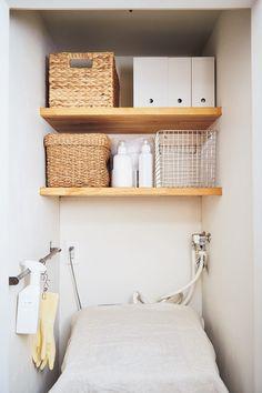 「洗濯機まわり」を有効活用しよう! 狭い洗面所の収納を増やす方法(画像 1/ 6) - レタスクラブニュース Decor, Room, Toilet Paper, Shelves, Interior, Home Decor, Laundry, Laundry Room