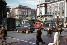 In American photographer Charles Cushman visited Ireland and captured wonderful photos of its capital, Dublin, on color slides. Old Pictures, Old Photos, Then And Now Photos, Dublin City, Romantic Photos, Dublin Ireland, Street View, Film, Vintage